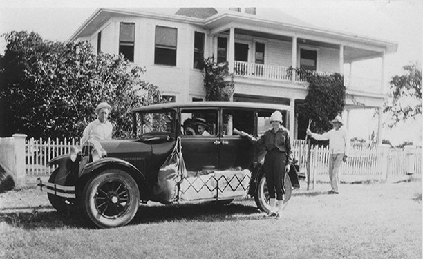 Old car in front of Palm House new2